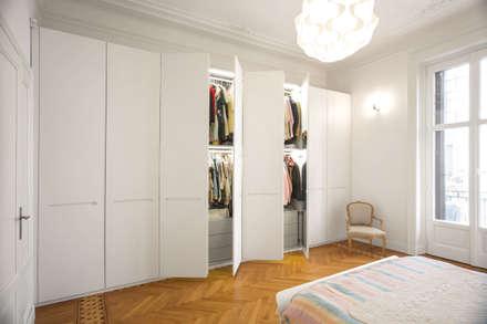 16VT: Camera da letto in stile in stile Moderno di Chantal Forzatti architetto