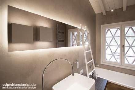FIRST LOVE VILLA: Bagno in stile in stile Minimalista di Rachele Biancalani Studio