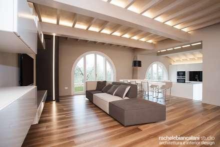 : Soggiorno in stile in stile Minimalista di Rachele Biancalani Studio - Architecture & Design