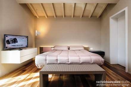 : Camera da letto in stile in stile Minimalista di Rachele Biancalani Studio - Architecture & Design