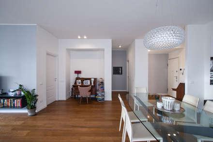 37VM_Ristrutturazione di un appartamento a Como: Soggiorno in stile in stile Moderno di Chantal Forzatti architetto