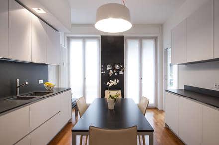37VM_Ristrutturazione di un appartamento a Como: Cucina attrezzata in stile  di Chantal Forzatti architetto