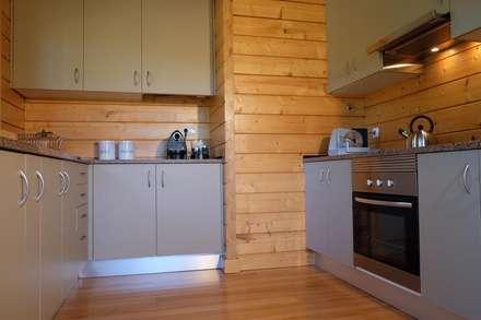 RUSTICASA | Pine Cottage | Zambujeira do Mar: Armários de cozinha  por Rusticasa