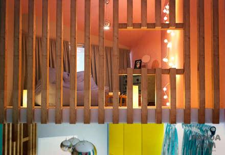 Светлый и просторный жилой дом для молодой семьи.: Спальни для девочек в . Автор – дизайн-студия PandaDom