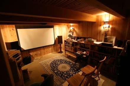 半地下シアタールーム: 安藤建築設計工房が手掛けた書斎です。