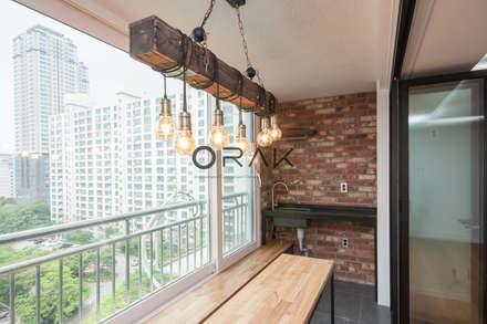 수원 영통동 청명마을 건영아파트  / 49평형 아파트 인테리어: 오락디자인의  베란다