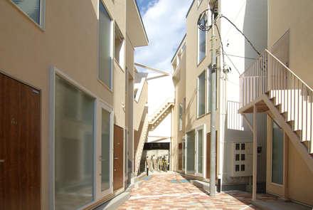 Terrace house by 有限会社東風意匠計画