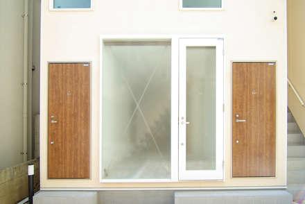 板橋の重層長屋: 有限会社東風意匠計画が手掛けた玄関ドアです。