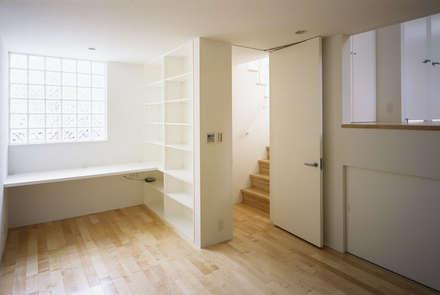 奥沢の家: Studio Noaが手掛けた玄関・廊下・階段です。