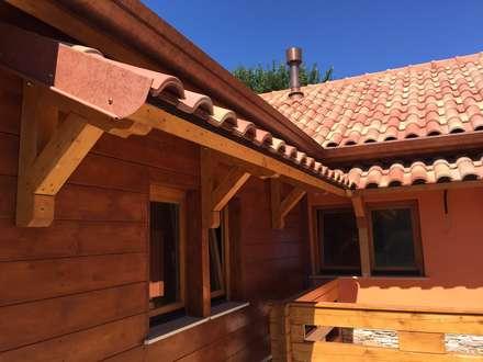 casetta in legno : Casa di legno in stile  di GardenDeco