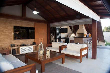 Lounge da piscina: Salas de estar rústicas por MORSCH WILKINSON arquitetura