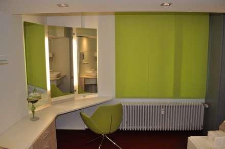 Anprobierraum: klassische Ankleidezimmer von architekturbuero dunker
