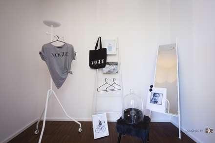 Penthouse - Ankleideraum - Inszenierung: minimalistische Ankleidezimmer von Münchner home staging Agentur GESCHKA