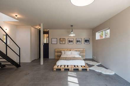2人のアイアン作家がつくる家: 東涌写真事務所が手掛けた寝室です。