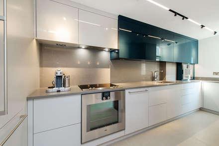 Lennox Gardens: modern Kitchen by Maxmar Construction LTD