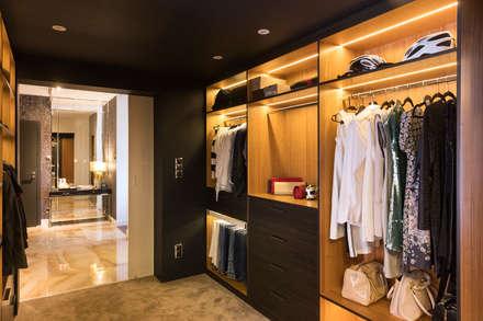 Closets de estilo  por Viva Design - projektowanie wnętrz