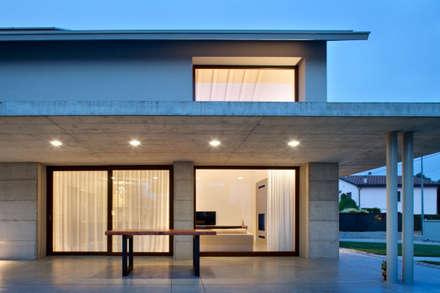 015_Abitazione singola lungo la Riviera Del Brenta: Finestre in stile  di MIDE architetti