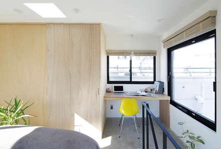 恵比寿の家(住宅+事務所): 腰越耕太建築設計事務所が手掛けた書斎です。