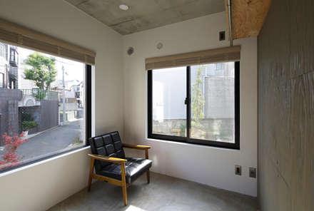 恵比寿の家(住宅+事務所): 腰越耕太建築設計事務所が手掛けた窓です。