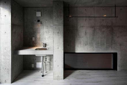 lani ebisu: 腰越耕太建築設計事務所が手掛けた浴室です。