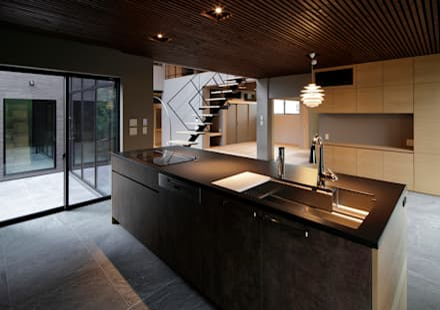 S邸: 腰越耕太建築設計事務所が手掛けたキッチンです。