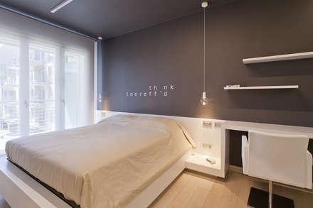 foto camera da letto con parete decorata su disegno: Camera da letto in stile in stile Moderno di Studio Atelier di Silvana Barbato