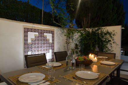Terraza comedor de noche: Terrazas de estilo  de Home & Haus | Home Staging & Fotografía