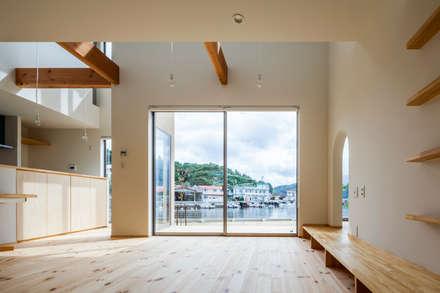 海に浮かぶ小島の家: 内田建築デザイン事務所が手掛けたリビングです。