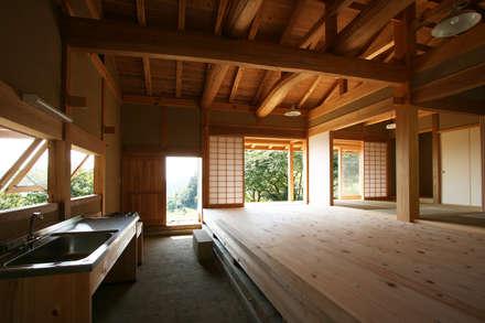 北側から見た通り庭と板の間: 木造伝統構法 惺々舎が手掛けたシステムキッチンです。