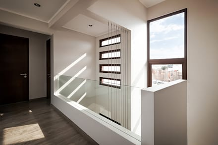 Casa Montemar 3: Pasillos, hall y escaleras de estilo  por Bauer Arquitectos