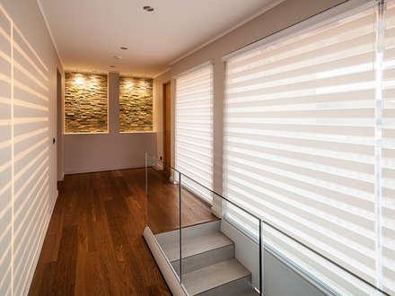Casa Patio: Pasillos, hall y escaleras de estilo  por Bauer Arquitectos