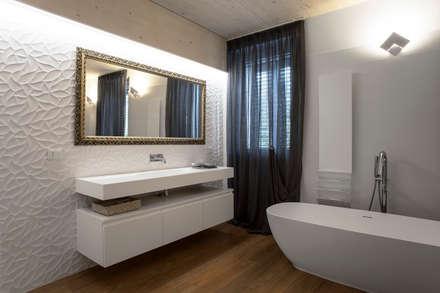 Villetta a schiera: Bagno in stile in stile Moderno di stefania talevi