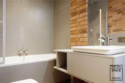 Singlowe klimaty, czyli beton, cegła i biel: styl , w kategorii Łazienka zaprojektowany przez Perfect Space