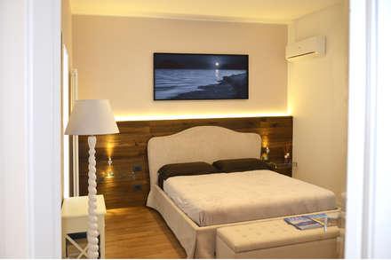 Camera padronale: Camera da letto in stile in stile Moderno di danielainzerillo architetto&relooker