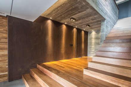 Pasillos y vestíbulos de estilo  por Belas Artes Estruturas Avançadas