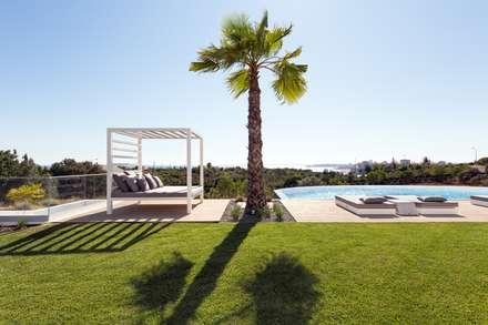 Casa Capricórnio: Jardins modernos por Jardíssimo