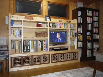 ダイニングキッチンとリビングに合わせた収納家具: 木工房玄翁屋が手掛けたリビングです。