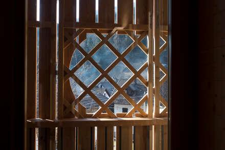 dettaglio delle chiusure: Pareti in stile  di Arch&Craft architects