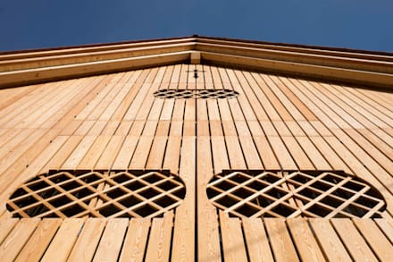 Facciata in Larice: Pareti in stile  di Arch&Craft architects