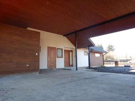 Casa El Huertón: Garages de estilo clásico por San Cristobal hnos constructora
