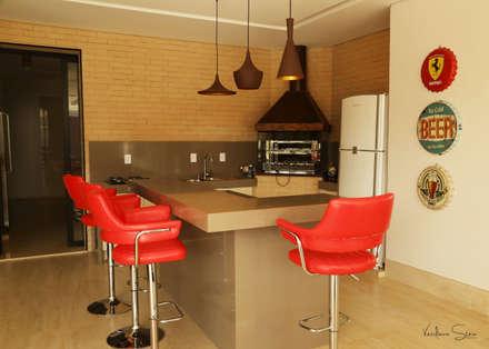 classic Garage/shed by Cia de Arquitetura