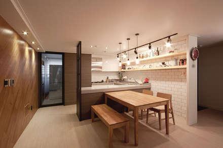 30평대 아파트 인테리어 -  전주 엘드 수목토 아파트 - 디자인투플라이: 디자인투플라이의  다이닝 룸