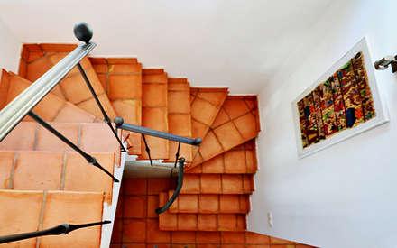 Reforma y apliación de villa en Pinares de San Antón (Málaga): Pasillos y vestíbulos de estilo  de Famaser reformas y construcción