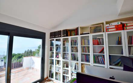 Studio in stile in stile Rustico di Famaser reformas y construcción