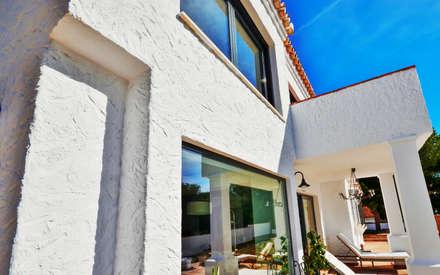 Reforma y apliación de villa en Pinares de San Antón (Málaga): Ventanas de PVC de estilo  de Famaser reformas y construcción