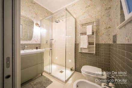 Casa Il Veliero: Bagno in stile in stile classico di melania de masi architetto