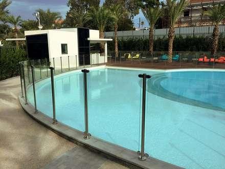 Clôture en verre: Piscine de style de style Moderne par Inoxkit