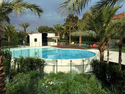 Clôture piscine: Piscine de style de style Moderne par Inoxkit