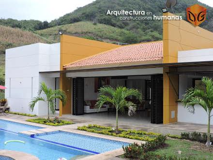 FACHADA PRINCIPAL: Fincas de estilo  por DG ARQUITECTURA COLOMBIA