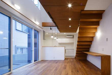 H・h(渡り廊下のある家): Studio REI 一級建築士事務所が手掛けたリビングです。